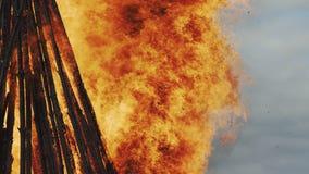 Le feu de flamber Pâques banque de vidéos