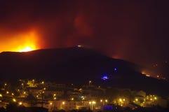 Le feu de forêt brûlant près de la ville Photos libres de droits