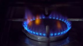 Le feu de gaz sur le fourneau banque de vidéos