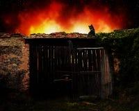 Le feu de la vieille maison image stock