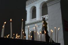 Le feu de lumière d'église de bougie de prières Photo libre de droits
