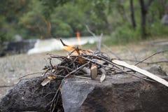 Le feu de pique-nique, le feu en nature, mettent le feu près de la rivière Photos stock