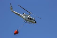 Le feu de seau de bambi d'hélicoptère fichting photo libre de droits