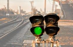 Le feu de signalisation affiche le signal rouge sur le chemin de fer images libres de droits