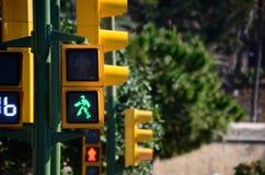 Le feu de signalisation jaune est vert Image libre de droits