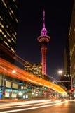 Le feu de signalisation traîne à Auckland CBD au crépuscule Photographie stock