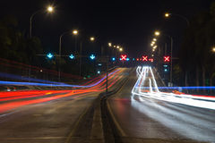 Le feu de signalisation traîne dans la ville moderne la nuit Photos stock