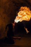 Le feu de soufflement de jeune homme de sa bouche Photo libre de droits