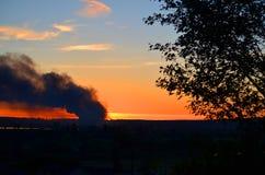 Le feu de structure de 3 alarmes brûle à travers la vallée Photographie stock libre de droits