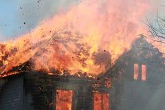 Le feu de toit avec des débris Photographie stock