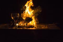 Le feu deux en verre de vin Image stock