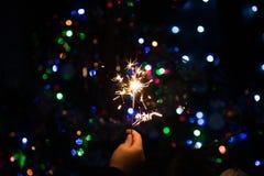 Le feu du Bengale brûle près de l'arbre de Noël photo libre de droits