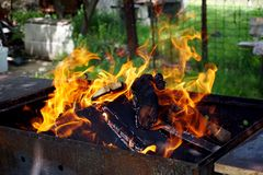 Le feu en bois pour le barbecue dans la cour photo stock