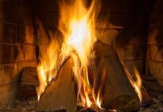 Le feu en cheminée Fond d'incendie Feu de flambage Le bois de chauffage brûle dans une cheminée images libres de droits