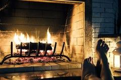 Le feu en cheminée Plan rapproché de bois de chauffage brûlant en feu Image libre de droits