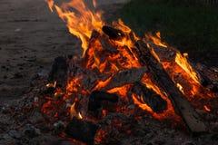 Le feu et braises de flamme Photographie stock libre de droits