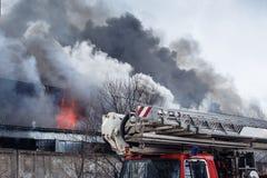 Le feu et fumée forte en brûlant le bâtiment industriel image libre de droits