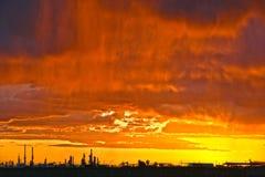 Le feu et pluie au coucher du soleil photographie stock libre de droits