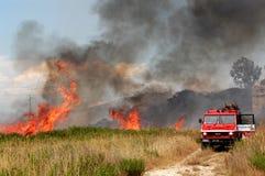 Le feu et sapeurs-pompiers dans une campagne du feu photographie stock libre de droits