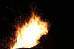 Le feu flambe la voie sur un fond noir Photo libre de droits