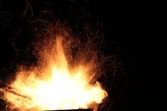 Le feu flambe la voie sur un fond noir Photographie stock