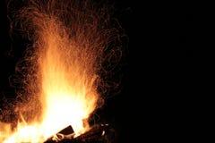 Le feu flambe la voie sur un fond noir Image libre de droits