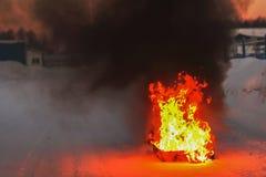 Le feu, flammes et fumée noire Préparation pour former sur extincteur photographie stock libre de droits
