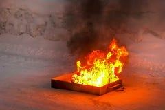 Le feu, flammes et fum?e noire Pr?paration pour former sur extincteur photo stock