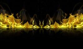 Le feu jaune avec la réflexion sur un fond noir Images libres de droits