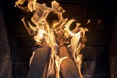 Le feu lumineux gelé dans la cheminée Le feu lumineux dans le plan rapproché de cheminée Photographie stock libre de droits