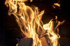 Le feu lumineux gelé dans la cheminée Le feu lumineux dans le plan rapproché de cheminée Image libre de droits