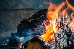 Le feu ouvre une session des flammes image libre de droits