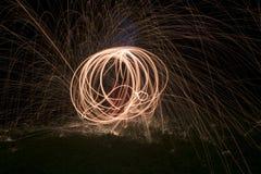 Le feu POI, rotation flamboyante de laine en acier Photographie stock