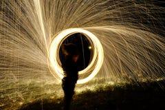 Le feu POI, rotation flamboyante de laine en acier Images libres de droits