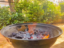 Le feu prêt pendant un jour de barbecue Photos libres de droits