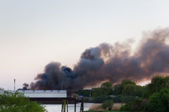 Le feu principal avec de la fumée foncée photo stock