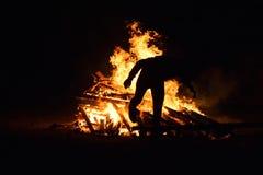 Le feu sautant d'homme en tant qu'élément du festival de Novruz Photographie stock libre de droits