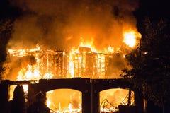 Le feu spectaculaire de maison photo libre de droits