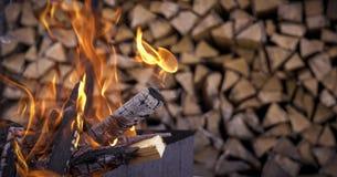 Le feu sur le fond du bois de chauffage images stock