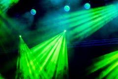 Le feu vert rayonne du projecteur par la fumée au théâtre ou à la salle de concert Matériel d'éclairage pour une représentation Photo stock