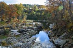 Le feuillage d'automne étreint la rivière d'Ottauquechee image libre de droits