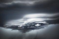 Le fiamme della nuvola sotto il bordo di attacco di una tempesta fronteggiano i modelli astratti delle forme nei colori smorzati Fotografie Stock Libere da Diritti