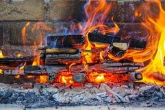 Le fiamme su un barbecue grigliano con il lotto di carbone Fotografia Stock Libera da Diritti