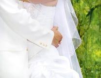 Le fiancé étreint la mariée Photos stock