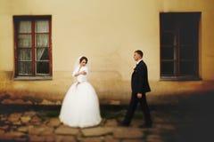 Le fiancé obtient plus près d'une jeune mariée réfléchie photographie stock libre de droits