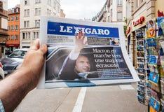 Le Figaro med Emmanuel Macron pressreaktioner till den franska legislaen Arkivfoto