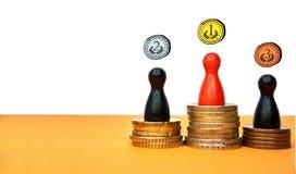 Le figure variopinte del gioco simbolizzano un podio dei vincitori con soldi con lo spazio della copia e le medaglie tirate Conce fotografia stock libera da diritti