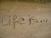 Le figure vita è sulla sabbia Immagini Stock Libere da Diritti