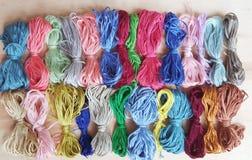 Le fil coloré pour brodent une tapisserie Photos stock