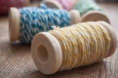 le fil de couture bobinent la bobine sur le fond en bois de table Photo stock